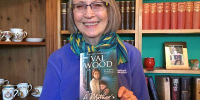 Val Wood Signing New Paperback A Mother's Choice In Beverley